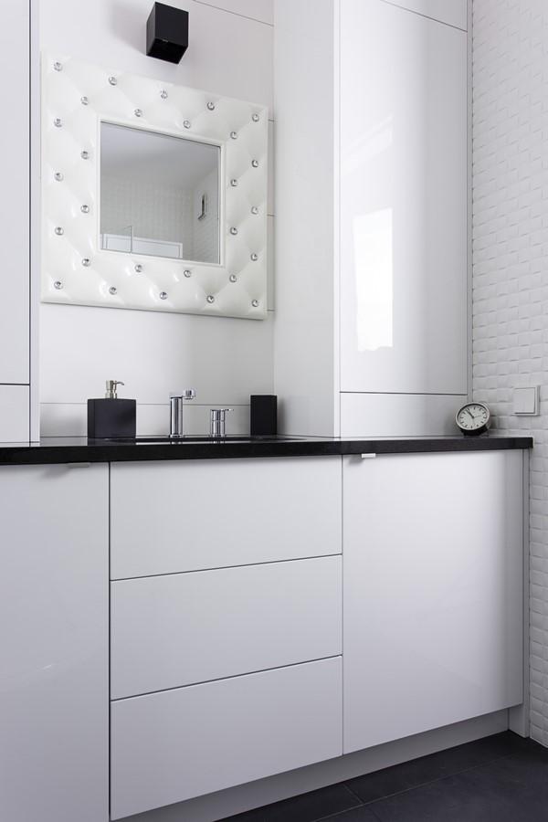 Bezuchwytowe meble łazienkowe w bieli