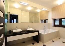 Biała łazienka z prysznicem i wanną w nowoczesnym stylu