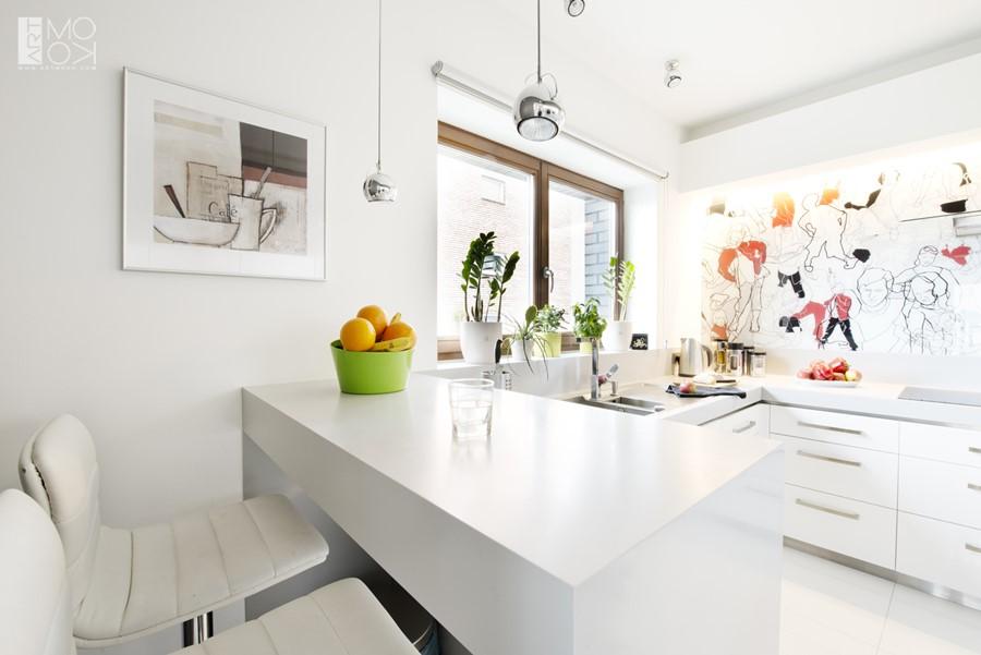 Biała kuchnia z oryginalną grafiką na ścianie