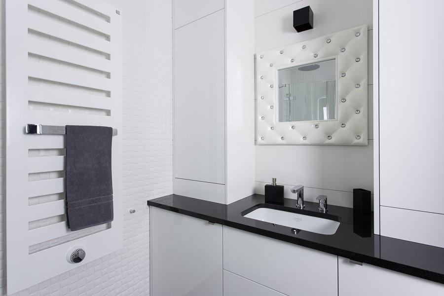 Biało-czarne meble od łazienki w nowoczesnym stylu