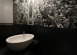 Czarno-biała toaleta z monochromatyczną grafiką w nowoczesnym stylu