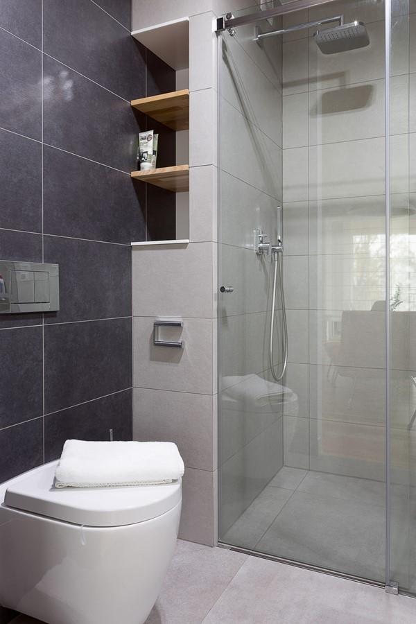Czarno-szara łazienka z dużami kafelkami