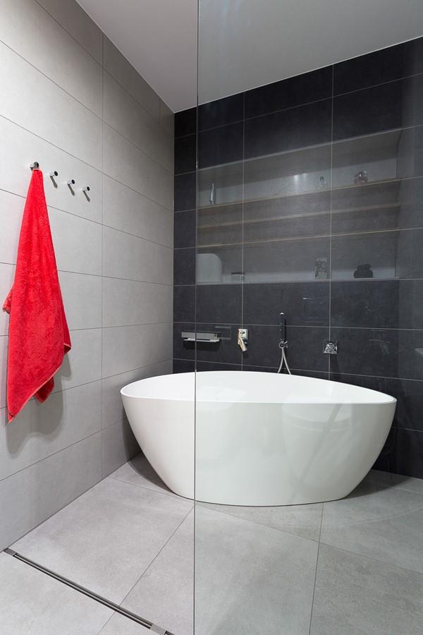 Nowoczesna czarno-szara łazienka z wanną i prysznicem