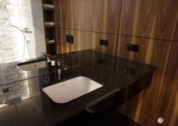 Drewno w małej nowoczesnej łazience