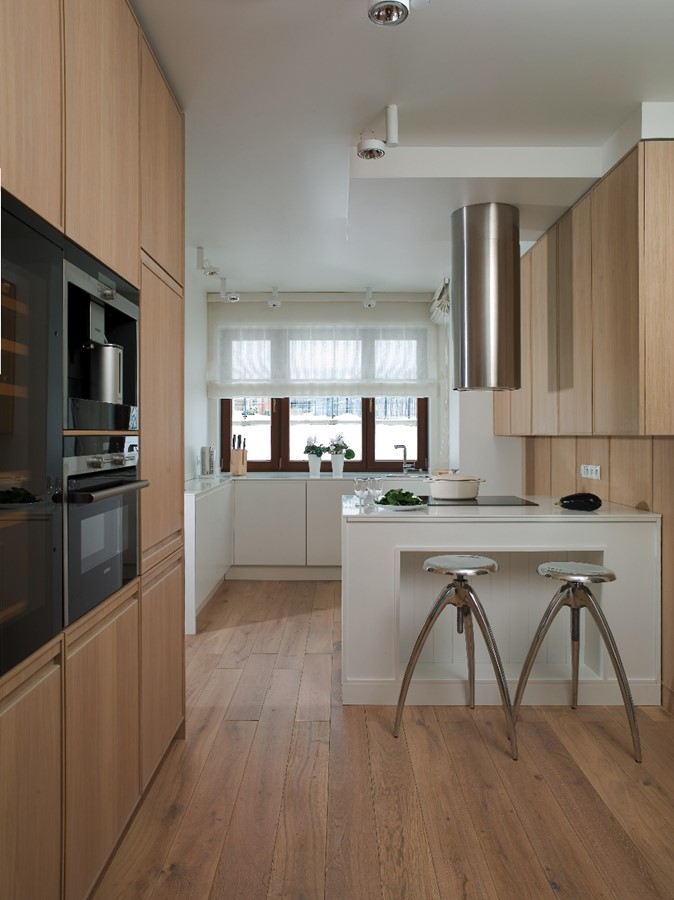 Dwukolorowa kuchnia w bieli i jasnym brązie  Architektura   -> Kuchnia W Bloku W Bieli