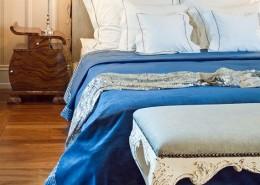 Eklektyczna sypialnia w jasnych kolorach