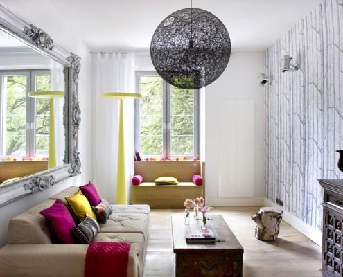Eklektyczny salon z kolorowymi akcentami i starymi meblami