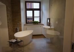 Industrialna łazienka z wolnostojącą wanną i prysznicem