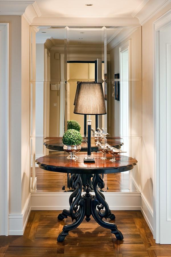Kryształowe lustra w klasycznym przedpokoju z garderobą