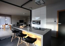 Kuchnia z wyspą otwarta na nowoczesny salon
