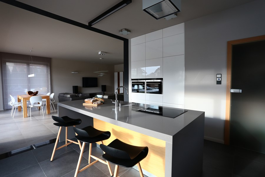 Kuchnia z wyspą otwarta na salon  Architektura, wnętrza, technologia, design