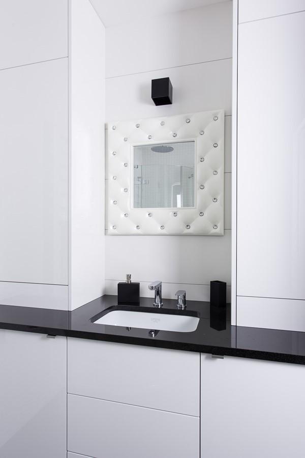 Mała łazienka w nowoczesnym mieszkaniu
