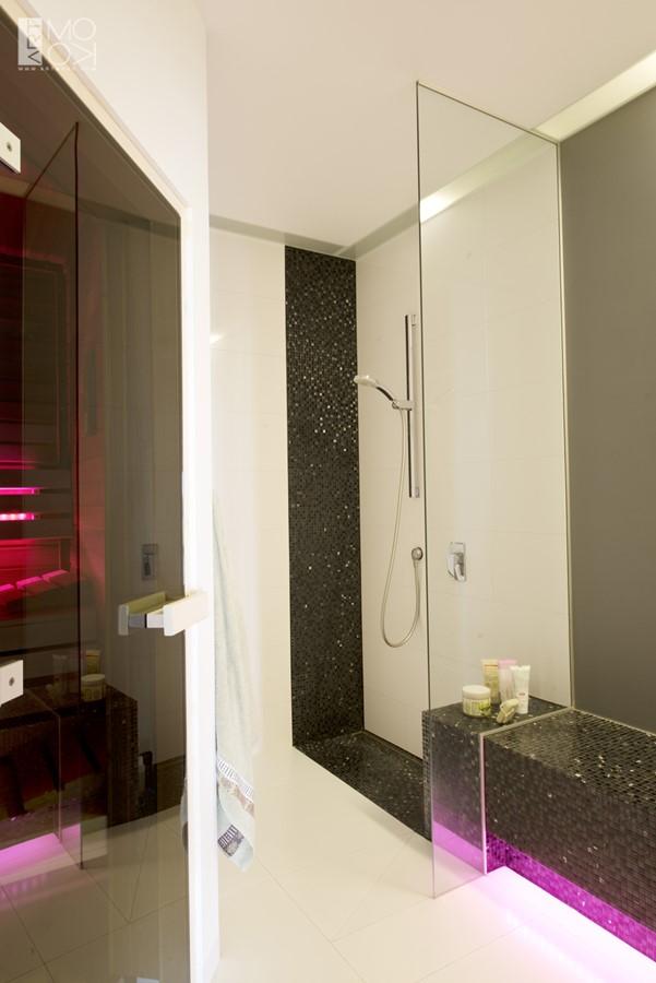 Mała łazienka z sauną w bieli