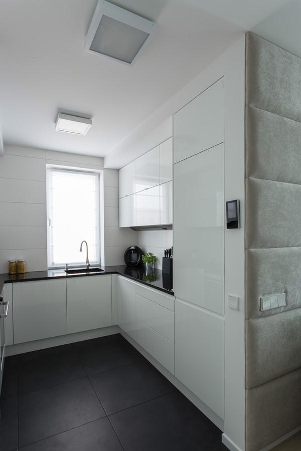 Nowoczesne meble kuchenne w bieli - Jacek Tryc - HomeSquare