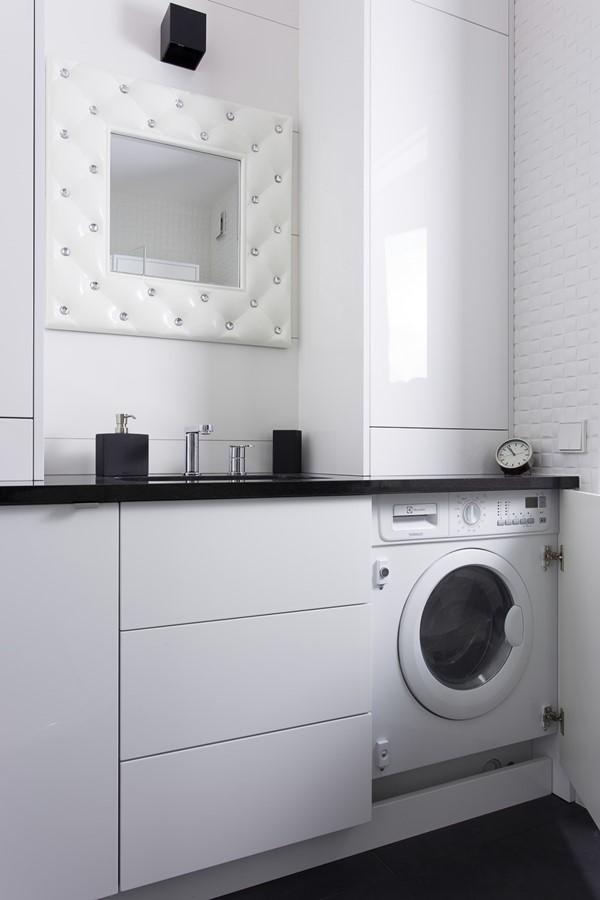 Zabudowana mała pralka w łazience