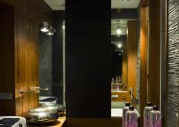 Nowoczesna łazienka w szarościach drewnie i lustrach