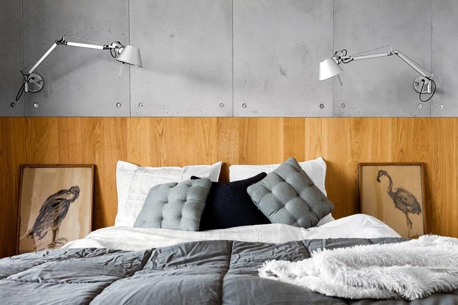 Nowoczesna sypialnia beton dekoracyjny i drewno - poduchy dekoracyjne