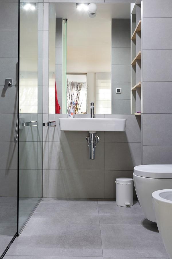 Nowoczesna szara łazienka w mieszkaniu