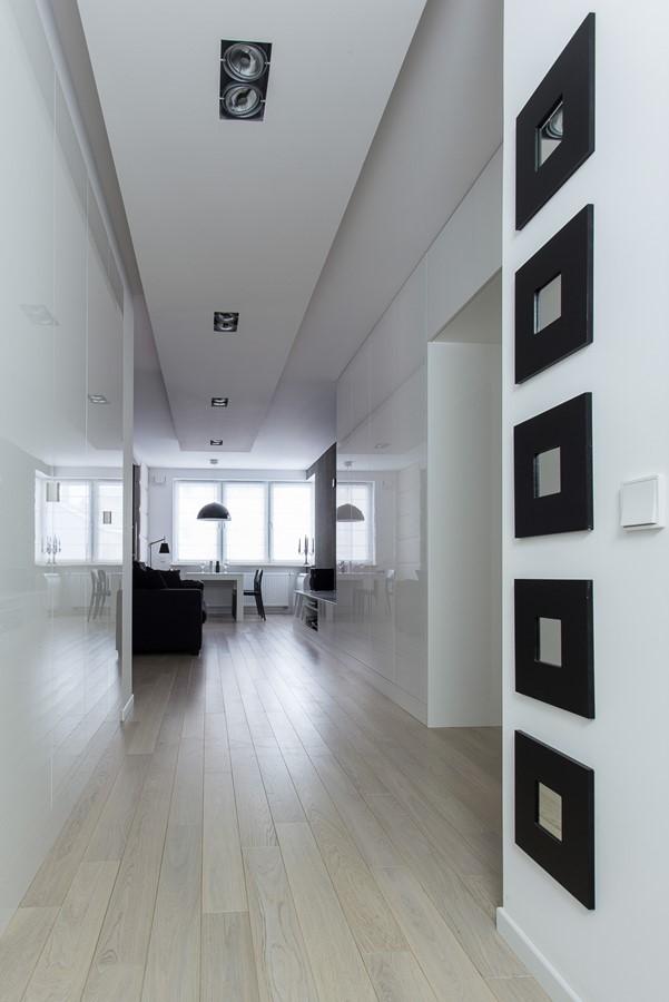 Przedbokój w białym mieszkaniu