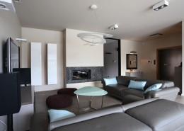Nowoczesny salon w bieli i szarościach styl nowoczesny
