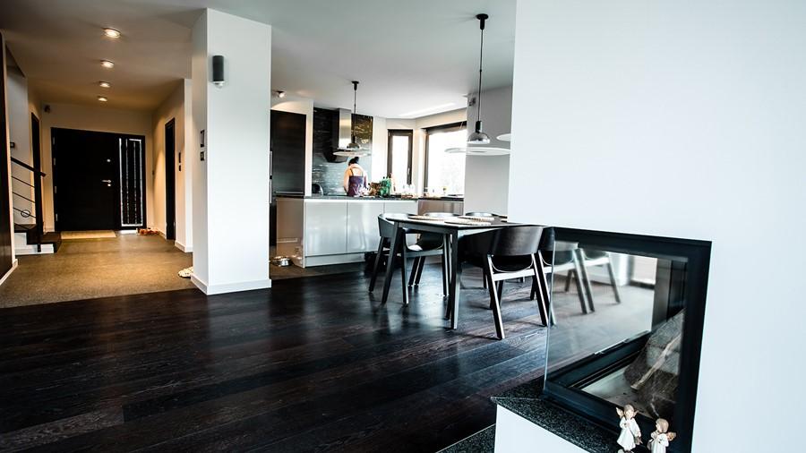 Jasny salon otwarty na jadalnię i kuchnię  Architektura