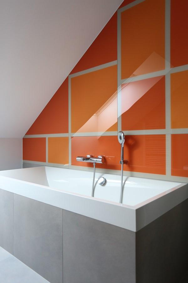 Pomarańczowe kafelki do łazienki na poddaszu