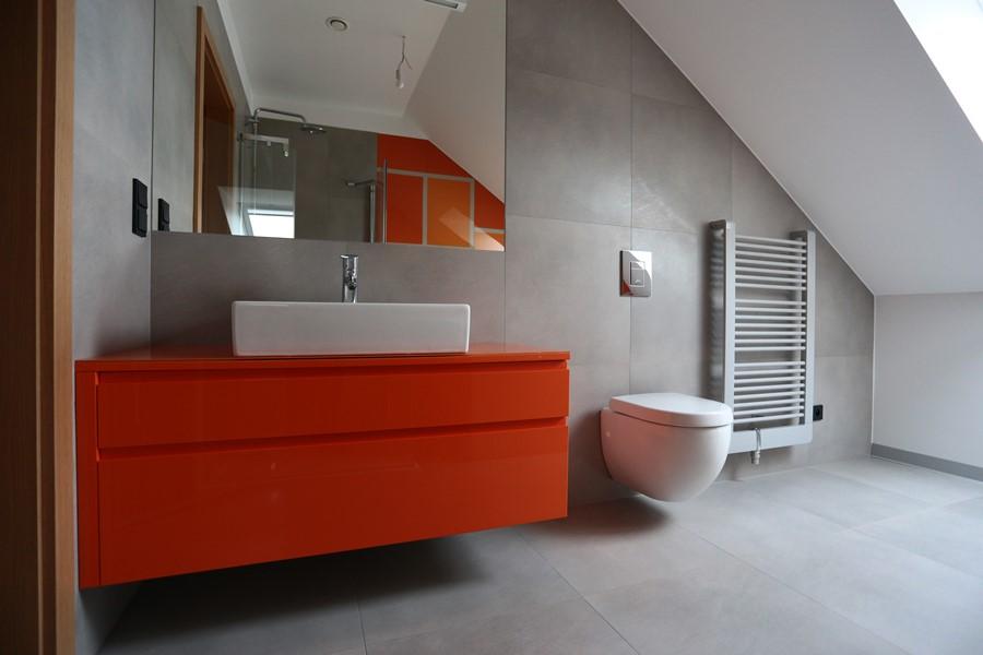 Pomarańczowe meble do łazienki w nowoczesnym stylu