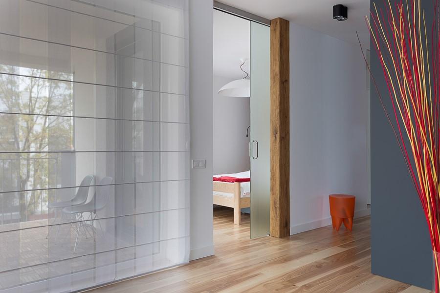 Nieprzezierne przeszklone drzwi do sypialni