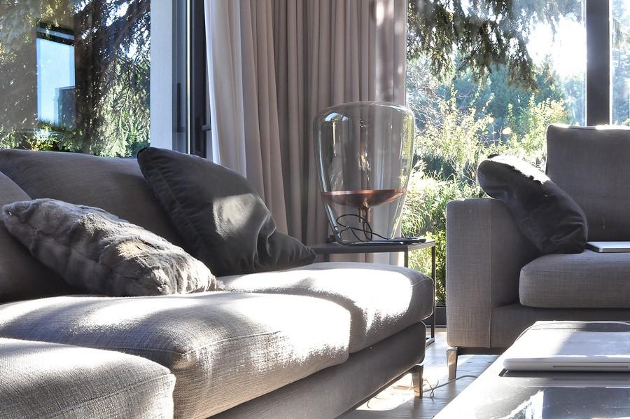 Szare kanapy w nowoczesny salonie