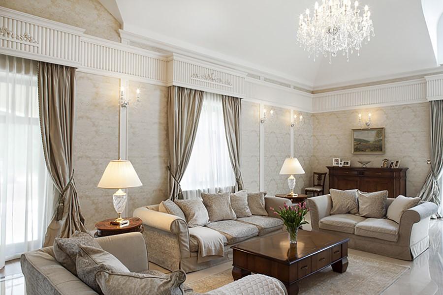 Tradycyjny salon w bieli i beżach - aranżacje pokoju dziennego