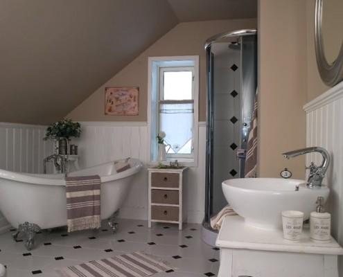 łazienka w stylu retro na poddaszu