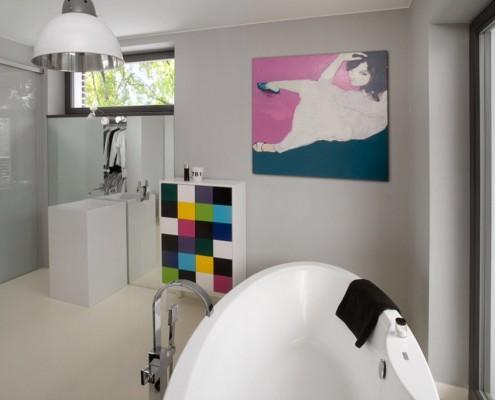 Biała łazienka z odrobiną koloru Pomalama