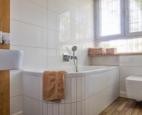 Nowoczesna łazienka z wanną w bieli