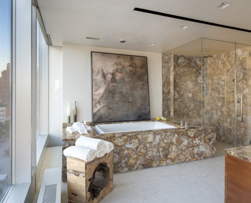 Przestronna łazienka w stylu eko kamień półszlachetny