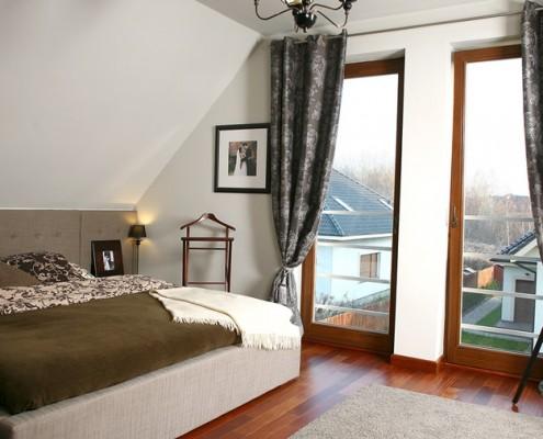 Przytulna sypialnia na poddaszu w klasycznym stylu