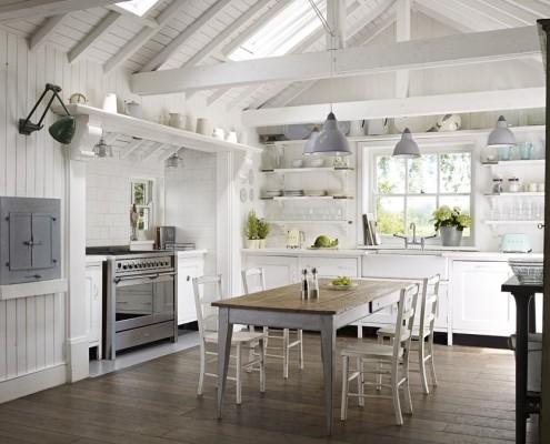 Duża rustykalna kuchnia w bieli