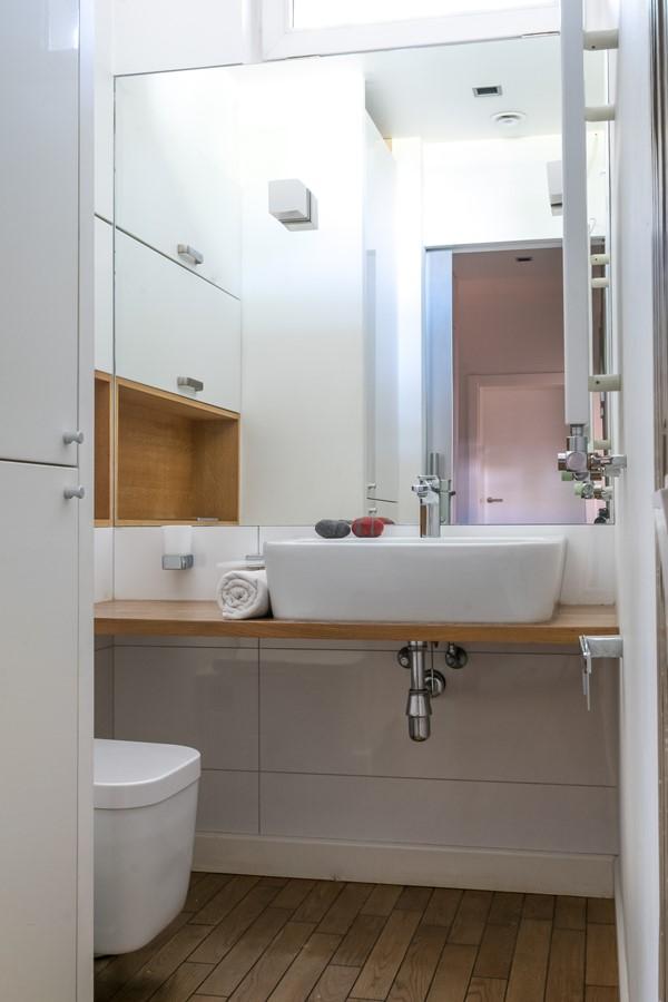 Toaleta w małej łazience styl nowoczesny