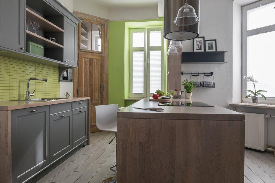 Zielone ściany w kuchni z wyspą