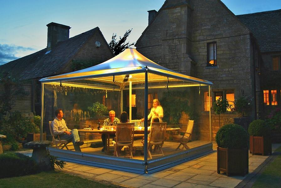Ogród prywatny z parasolem całorocznym Heatray, Anglia