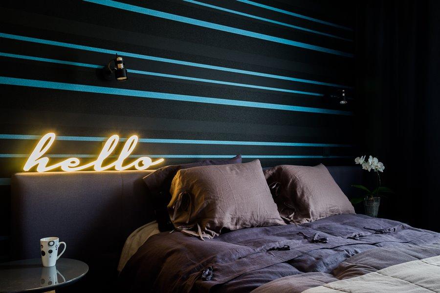Ściana dekoracyja w nowoczesnej sypialni czerń i turkus