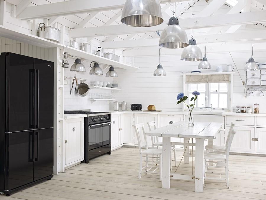 Biała kuchnia w rustykalnym stylu Duże AGD marki Smeg