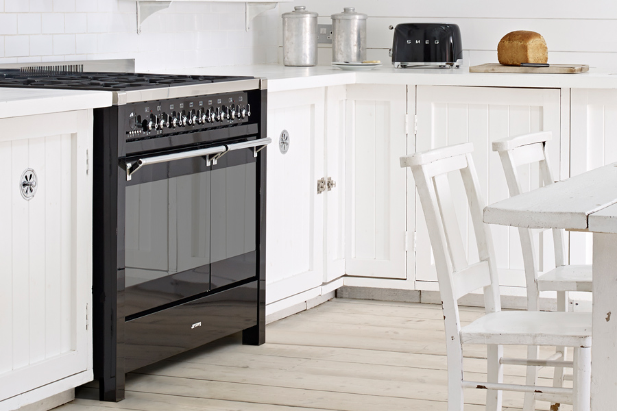 Biała kuchnia w rustykalnym stylu  Architektura, wnętrza   -> Czarna Kuchnia Wolnostojąca