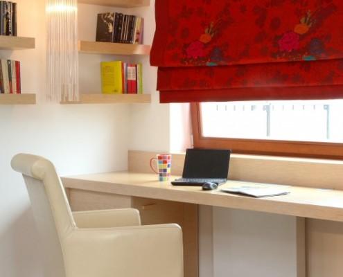 Gabinet w jasnym drewnie styl nowoczesny