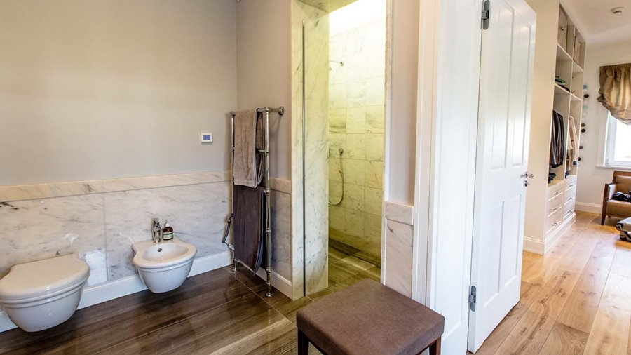 Klasyczna sypialnia połączona z łazienką - Architektura, wnętrza, technologia, design - HomeSquare
