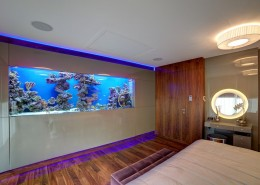 Stylowa sypialnia z akwarium w ścianie manufaktura Wirchomski