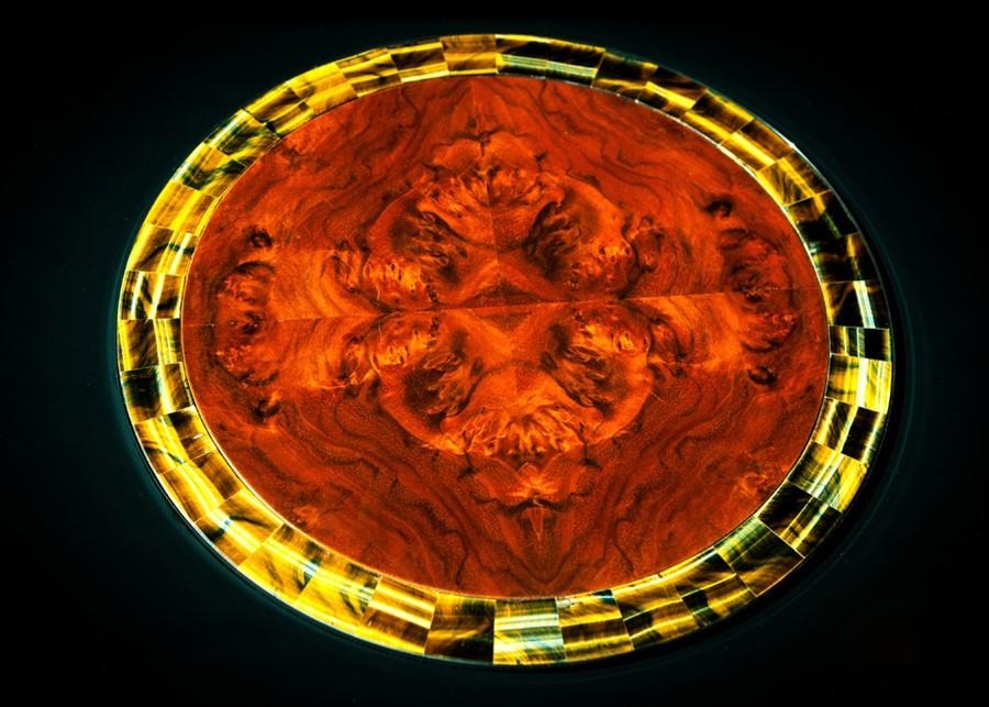 Detal intarsjowanego stołu wykonanego przez Manufakturę Wirchomski