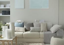 Aranżacja jasnego salonu - poduchy i poduszki