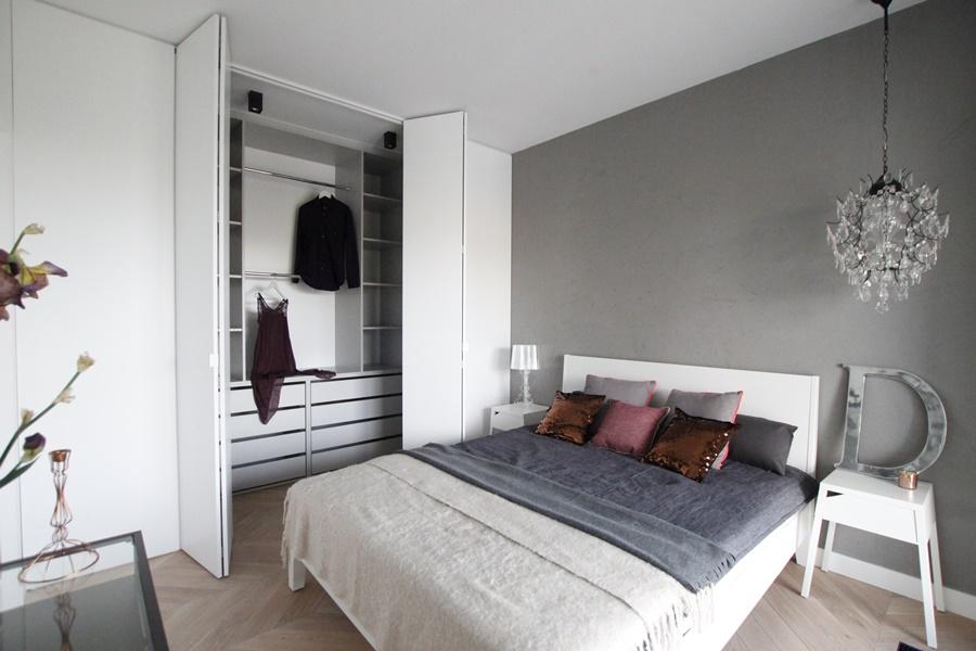 Eklektyczna sypialnia z garderobą - Architektura, wnętrza, technologia, design - HomeSquare