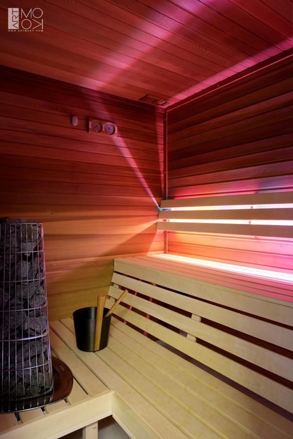 Niewielka sauna w łazience sauna mokra z nastrojowym światłem
