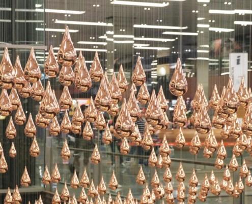 Kinetic Rain - medialna rzeźba w przestrzeni publicznej, lotnisko w Singapurze